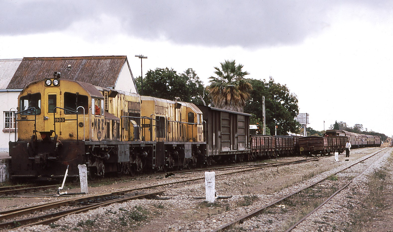NRZ 1903+1919 Masvingo 4th July 2007.jpg